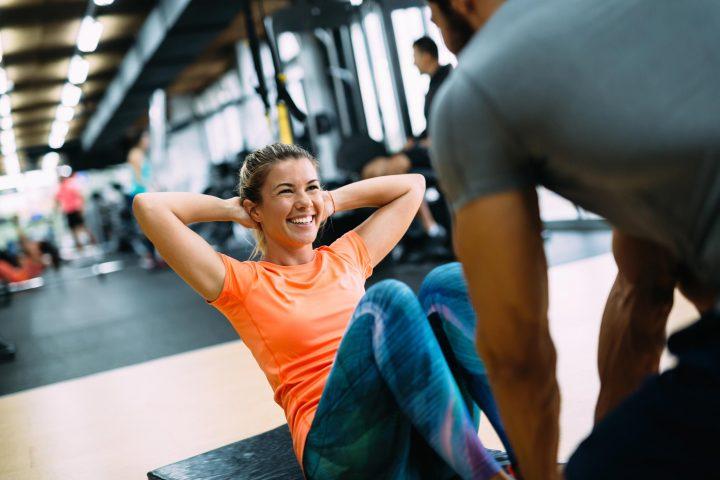 Kobieta ćwicząca pod okiem trenera