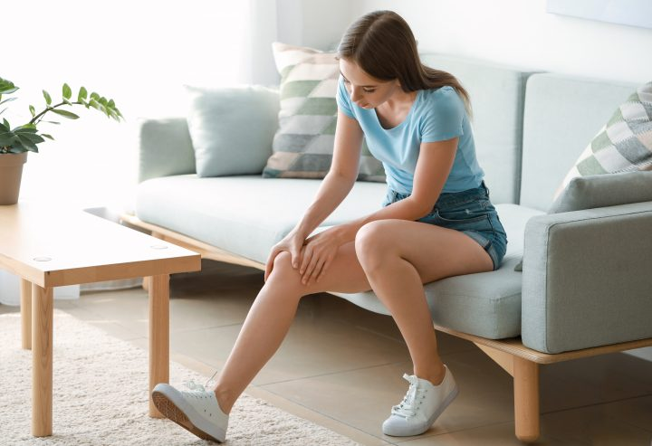 Kobieta z zakwasami siedzi na kanapie