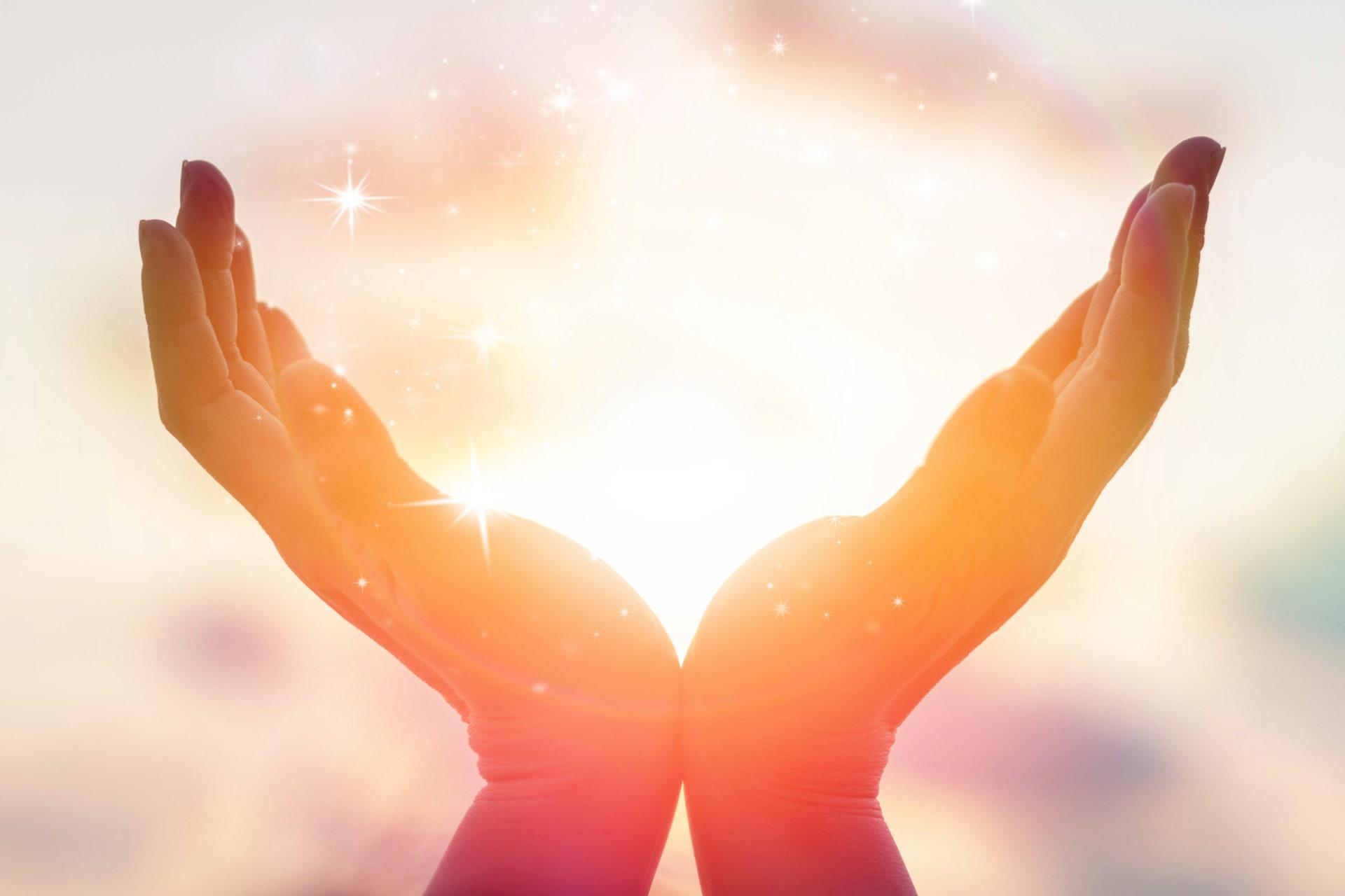 Ręce oświetlone promieniami słońca