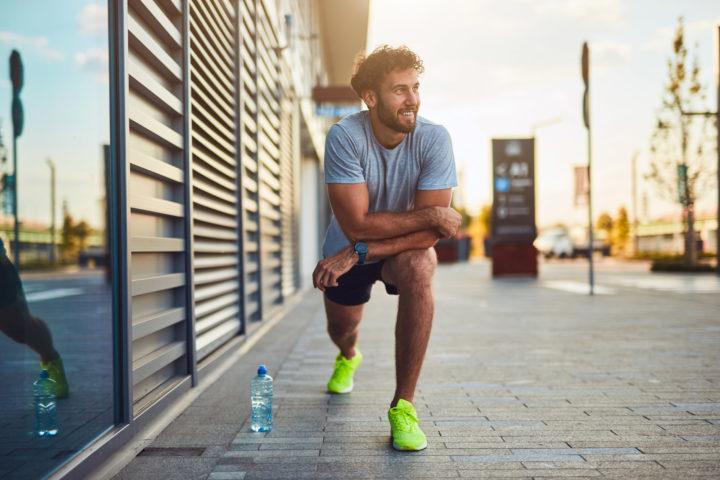 Mężczyzna odpoczywa w trakcie biegu