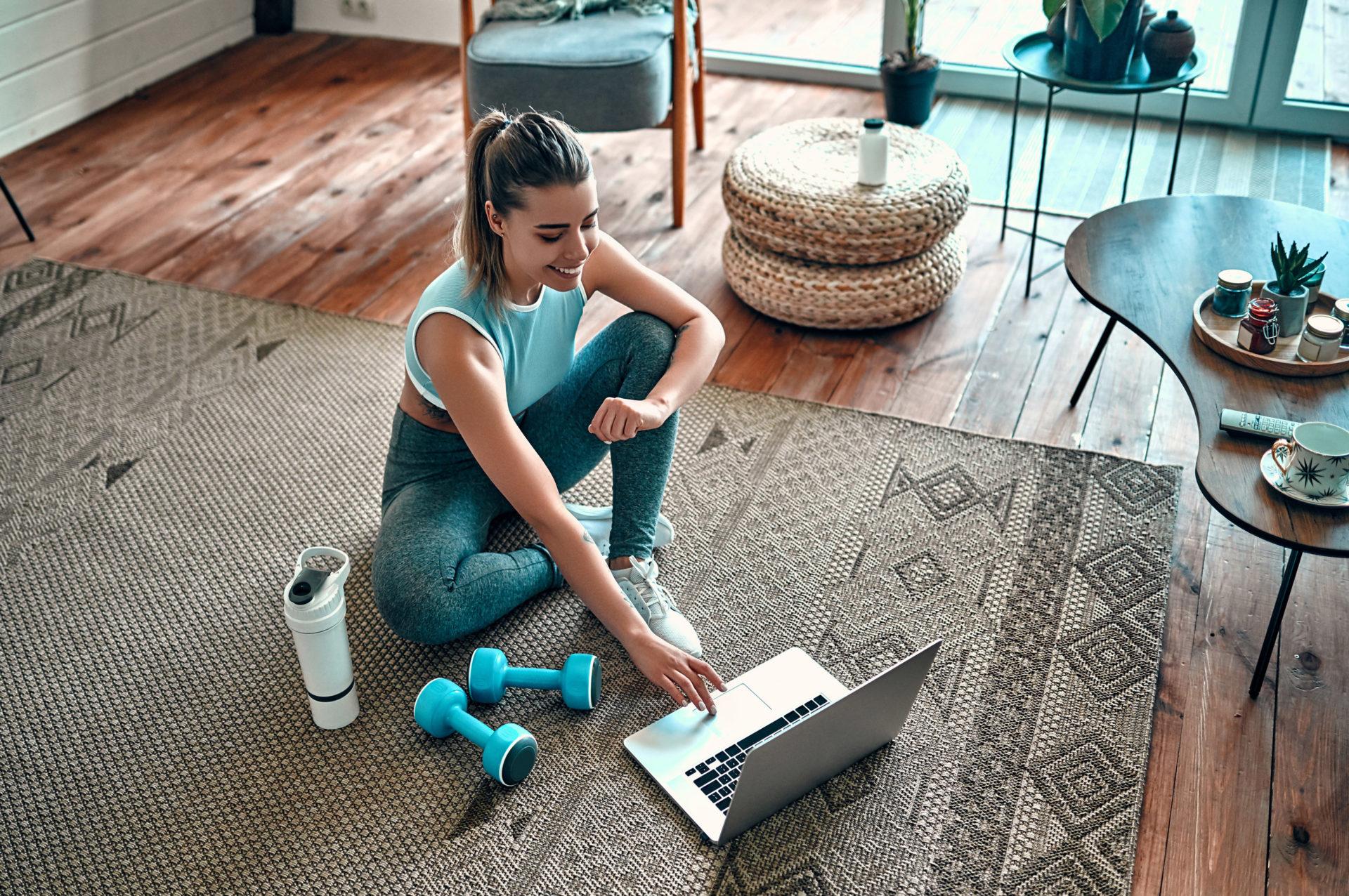 Kobieta przygotowuje siędo ćwiczenia w domu