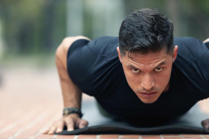 Mężczyzna wykonujący ćwiczenia po urazie