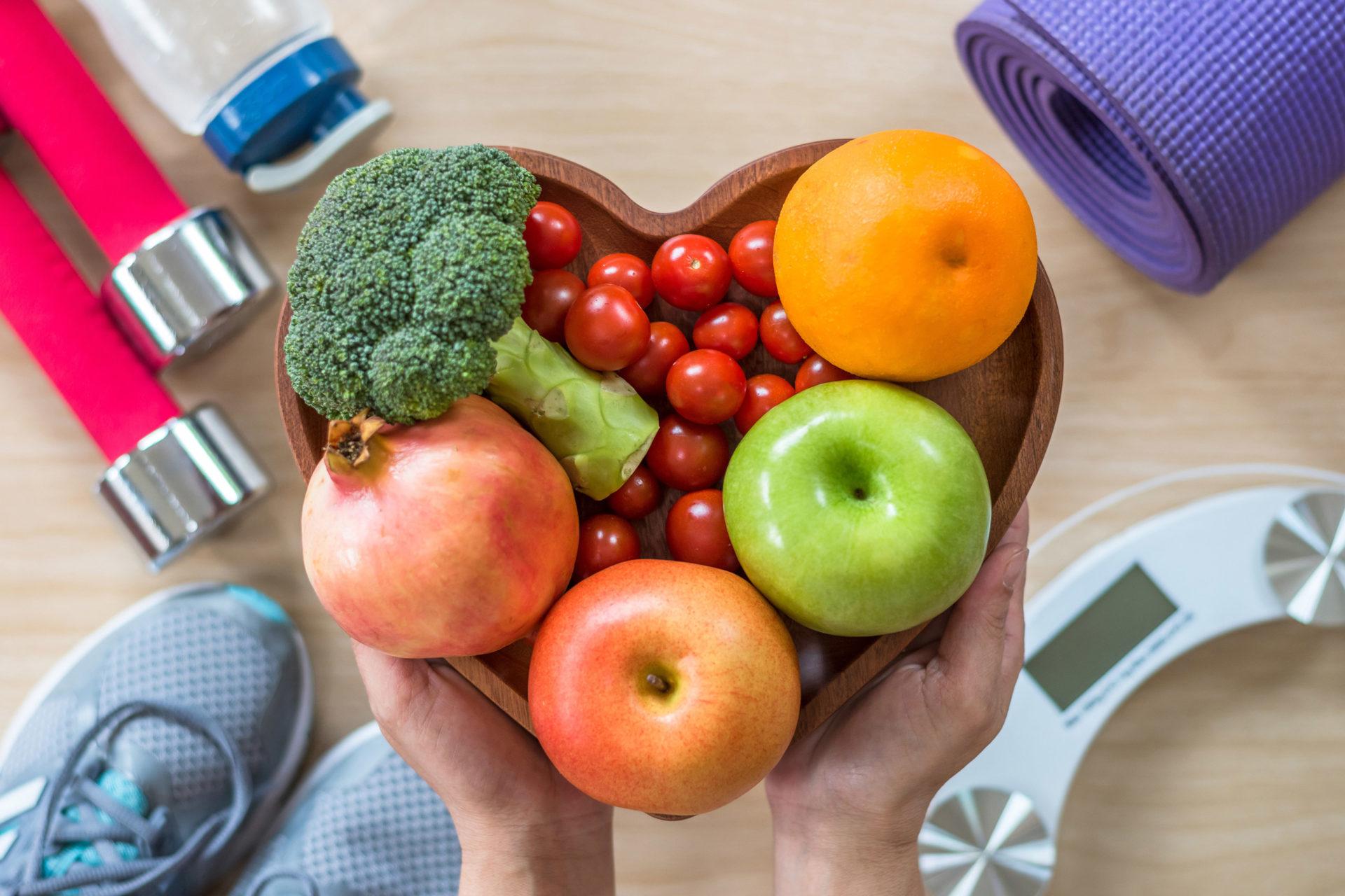 Miska w kształcie serca wypełniona owocami i warzywami