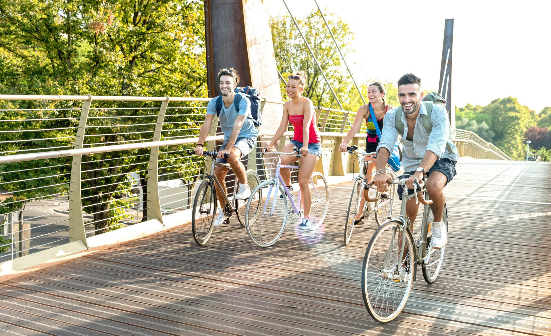 Grupa znajomych jedzie na rowerach