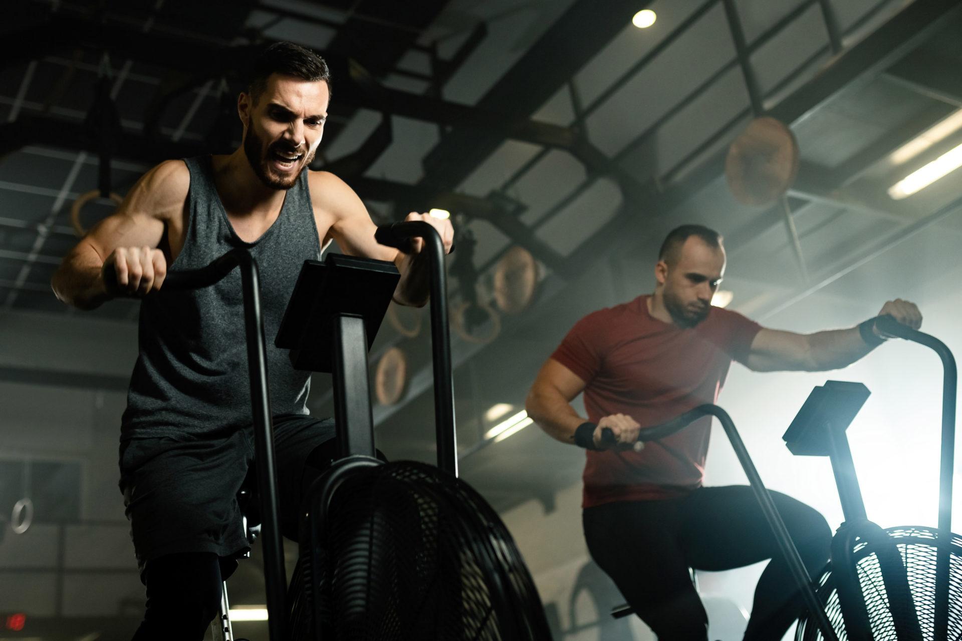 Mężczyźni na siłowni ćwiczą na maszynach