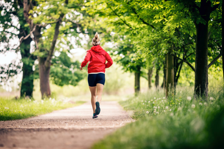 Kobieta biegnie przez park