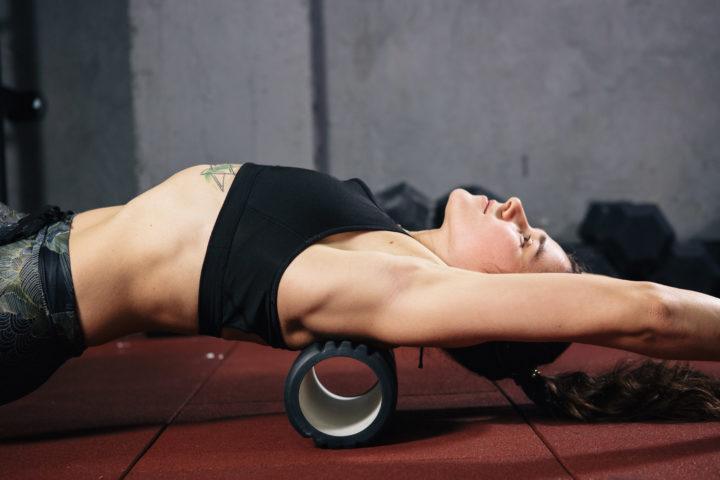 Kobieta rolująca mięśnie