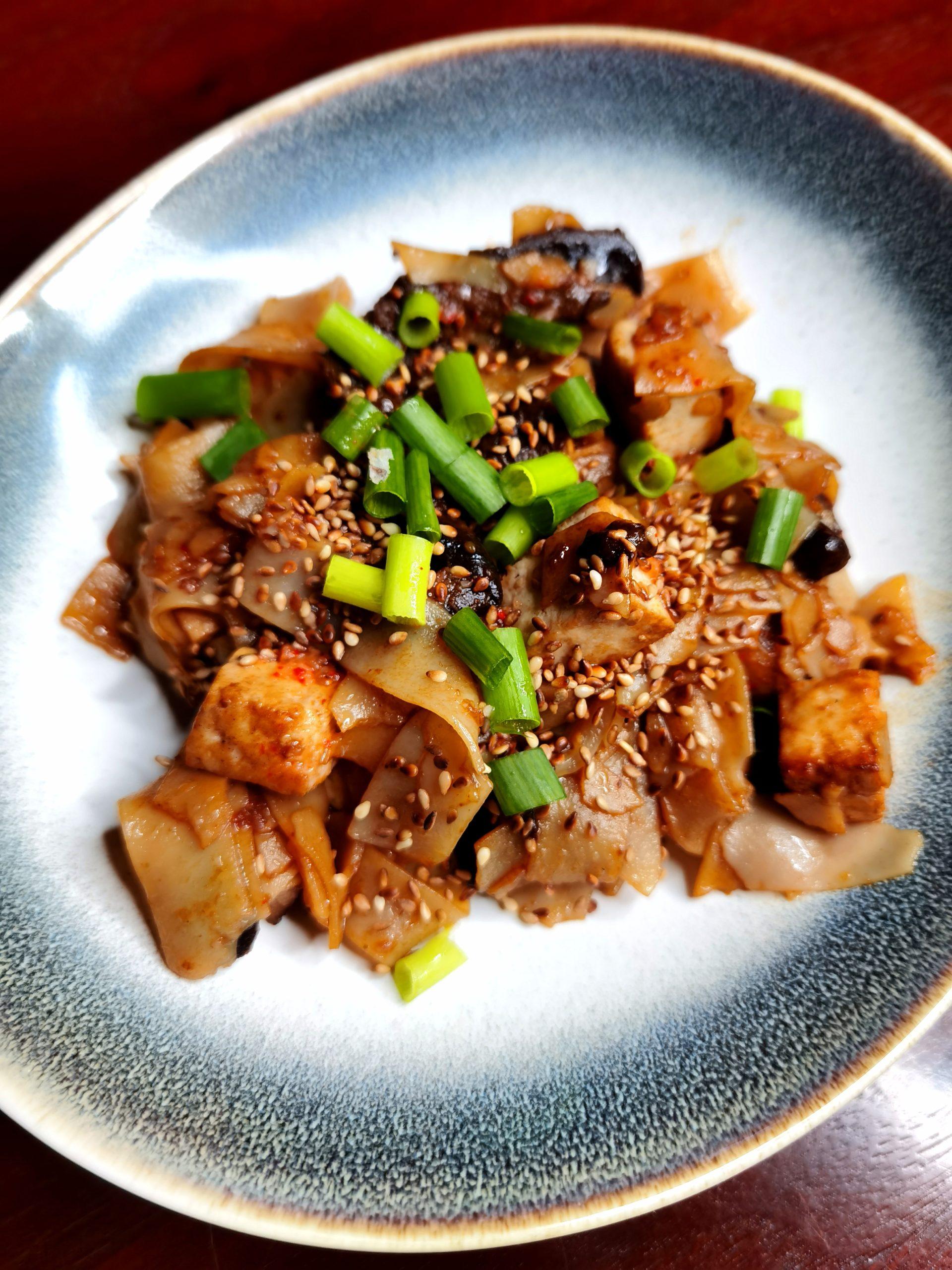 Makaron ryżowy z grzybami i tofu