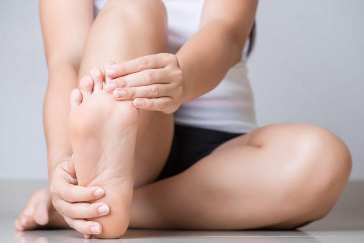 Kobieta z bólem stopy