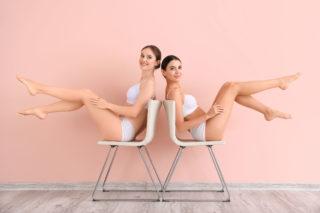 Dwie kobiety oparte o siebie plecami