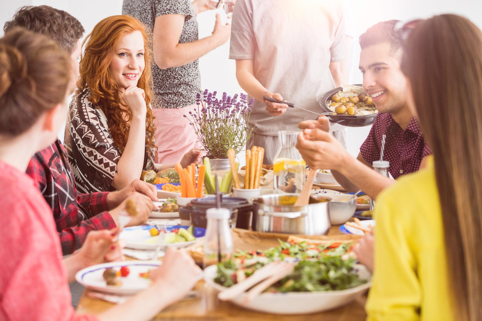Grupa ludzi zjada zdrowe posiłki