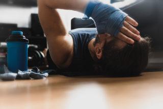 Mężczyzna w sportowym stroju leży na podłodze